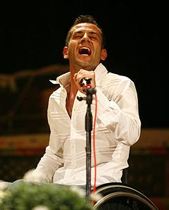 Fabian durante un'esibizione canora