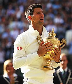 Novak Djokovic con il trofeo di Wimbledon. A sinistra si intravede Francesca Di Massimo - Getty Images